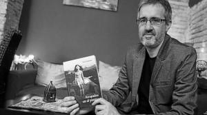 Patxi Irurzun posa con su libro en la tetería La Luna de la calle Curia de Pamplona.