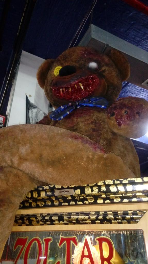 Un oso de peluche en la tienda de magia Abracadabra sobre una máquina Zoltar