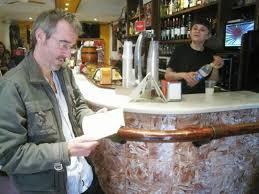 Leyendo en la barra de un bar